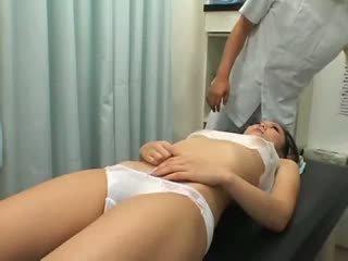 Tenåring climax breast massasje 1