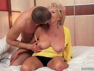 Młody człowiek fucks gorące cycate babunia