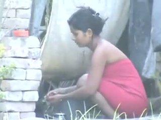 Indický obec dívka koupání outdoors