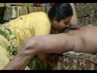 Skutečný indický pár souložit intensely na domácí s připojenými opčními výstřel