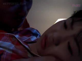 Pupa asiatico gets vagina teased in undies in suo sonno