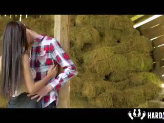 Paula sramežljivo fukanje pri hayloft