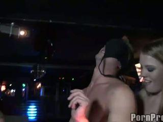 Részeg club bitches abusing male stripper nál nél a club