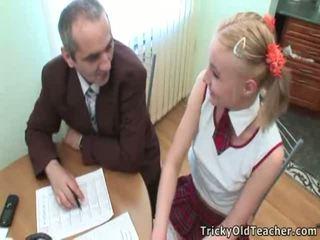 Ładniutka student pleases jej stary trener na więcej doskonały grades