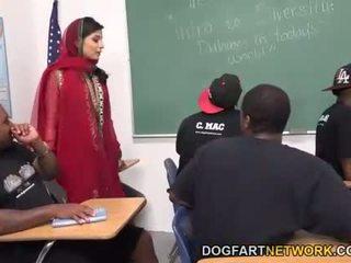 Nadia ali learns naar handvat een bunch van zwart cocks