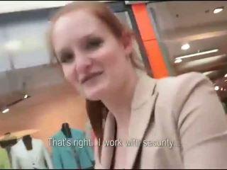 Orang berambut pirang rides di sebuah titit di sebuah masyarakat mall