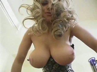 Karstās blondīne mammīte ar liels dabas krūtis