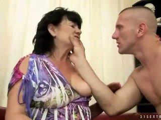 Mũm mĩm tóc rậm bà nội gets fucked lược