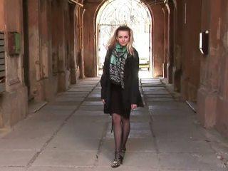 Ucraniana gaja a posar em meias longas