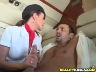Karštas flight attendents ariella ferrera ir aimee addison duoti į flight čiulpimas