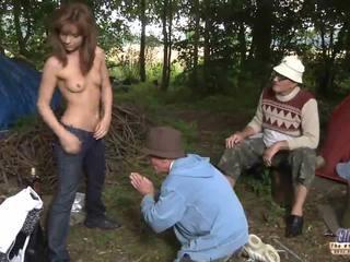 Two γριά men γαμώ ένα κορίτσι για αυτήν wiskhey