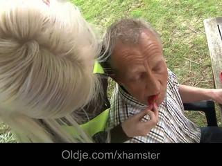 Turtingas senas vyras dulkinimasis jo krūtinga blondinė mažutė