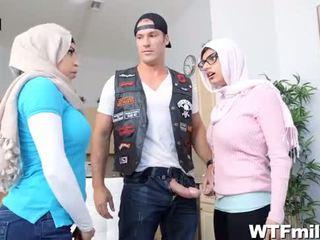 Julianna vega dan mia khalifa menyembah yang zakar/batang