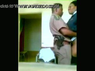 Melnas policija officers boning kamēr cities are being looted