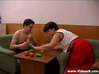 Mama in sin takes več drinks