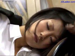 办公室 女士 睡眠 上 该 椅子 getting 她的 口 性交 licking guy 公鸡 在 该 办公室