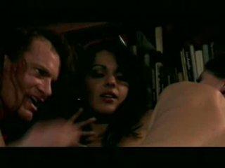 Nina mercedez baisée sur canapé kira kener baisée sur stairs