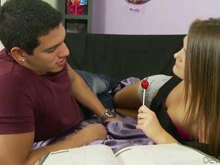 Karstās pusaudze palaistuve abby šķērsot sperma facialed