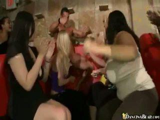 Male stripper goes סביב reciving bjs ו - xxx