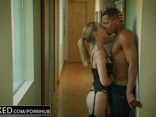 Blacked karštas žmona cuckolds hubby su jaunas juodas kaimynas