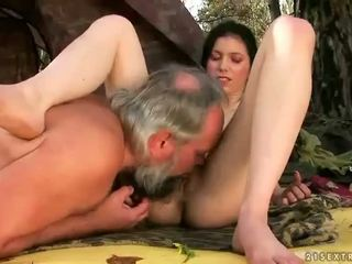 Grande titts en joven sluts