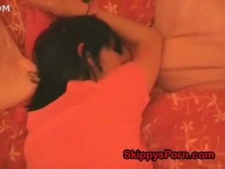 E lezetshme adoleshent është duke fjetur