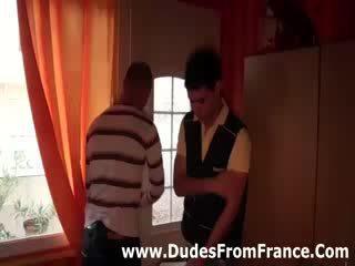 명랑한 프랑스의 dudes 모임 과 빨다 수탉