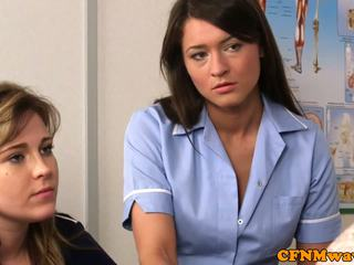 Lei vestita lui nudo infermiera nadia elainas paziente cums