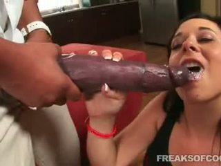 Soaked porr floozy aarielle alexis stuffs henne mun med en gigantisk penisen