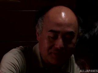 Yui hatano gives एक क्यूट लीक को कुछ elderly bloke