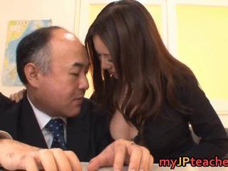 Krūtinga mokytojas ruri saijo bounces