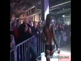 色情 上 舞台 同 巨乳 孩儿