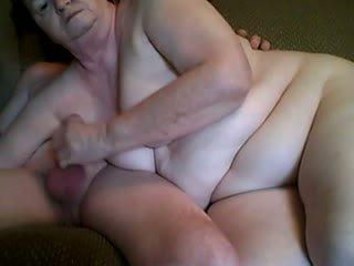 Grootvader en grootmoeder having seks in voorzijde camera