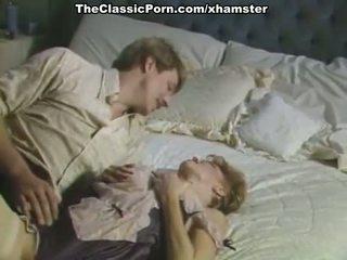 大 公鸡 inda 毛茸茸 的阴户 在 色情 复古 电影