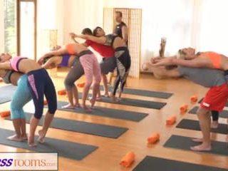 Fitnessrooms csoport yoga session ends -val egy sweaty beleélvezés