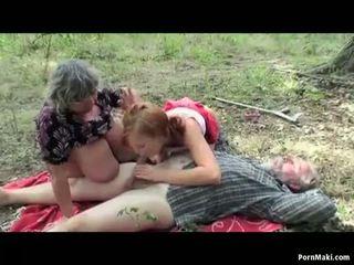 Buah dada besar perempuan tua having kesenangan di itu hutan