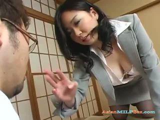 Krūtinga azijietiškas milf gets jos didelis papai ir putė licked