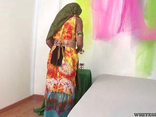 Όμορφος/η ινδικό σύζυγος τσιμπουκώνοντας muscle πέος
