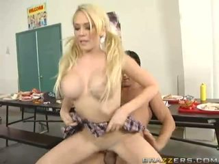 Krūtinga blondinė kūrva getting pounded