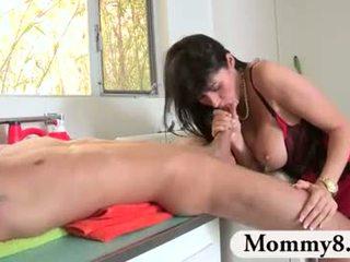 Ado shares son boyfriend avec son belle mère