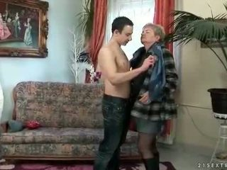 Junge fucks verdorben fett oma auf die couch
