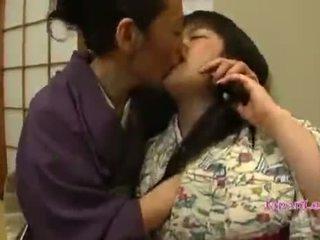 Aziýaly ýaşlar in kimono gets her süýji emjekler licked