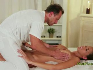 Piękne brunetka massaged i banged