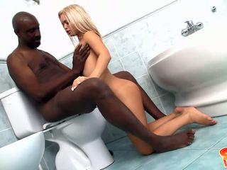צעיר בלונדינית עם קטן boobies gets banged על ידי שחור זין ב חדר אמבטיה
