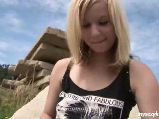 Blond onto den rocks