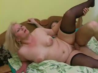 Sexy bestemor lena forfør unge alex