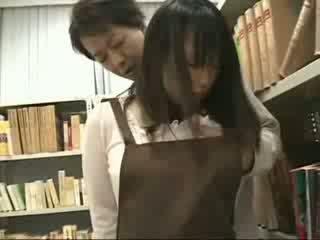 Drovus mergaitė apgraibytas ir used į a bookstore
