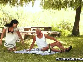 Έφηβος/η cutie s πονηρό picnic με ένα γιαγιά