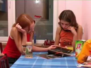 Masha ו - ivana teenies משתינים ב שרותים