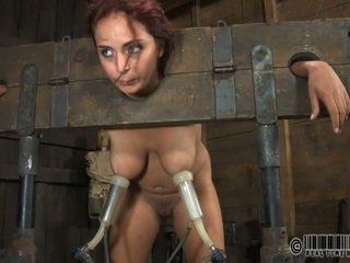奴隶 gets ardous 鞭刑